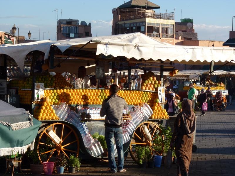 Vendeur de jus d'orange sur la place Jemaa El Fna à Marrakech