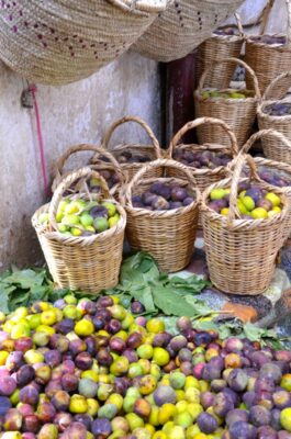 Vendeur de figues dans la médina de Fès