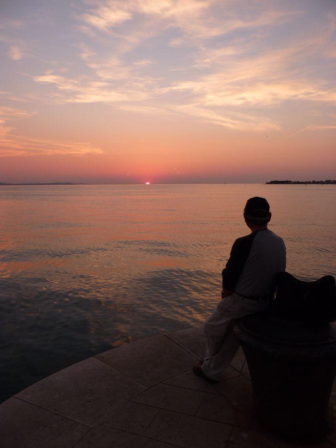 Pêcheur au coucher de soleil à Zadar