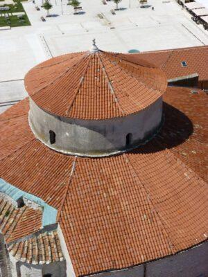 Vue sur le toit d'une église de Zadar