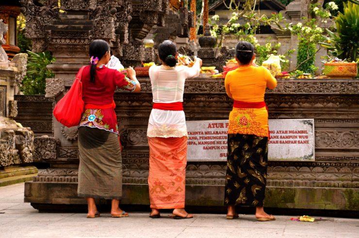 Offrandes dans un temple à Bali