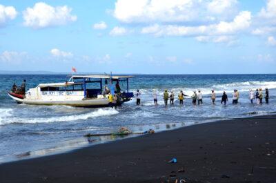 Déchargement sur la plage de Kusamba