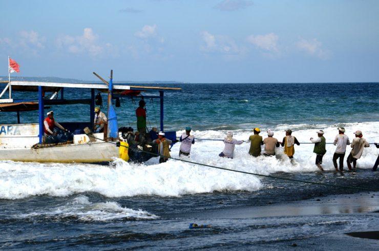 Bateau sur la plage de Kusamba