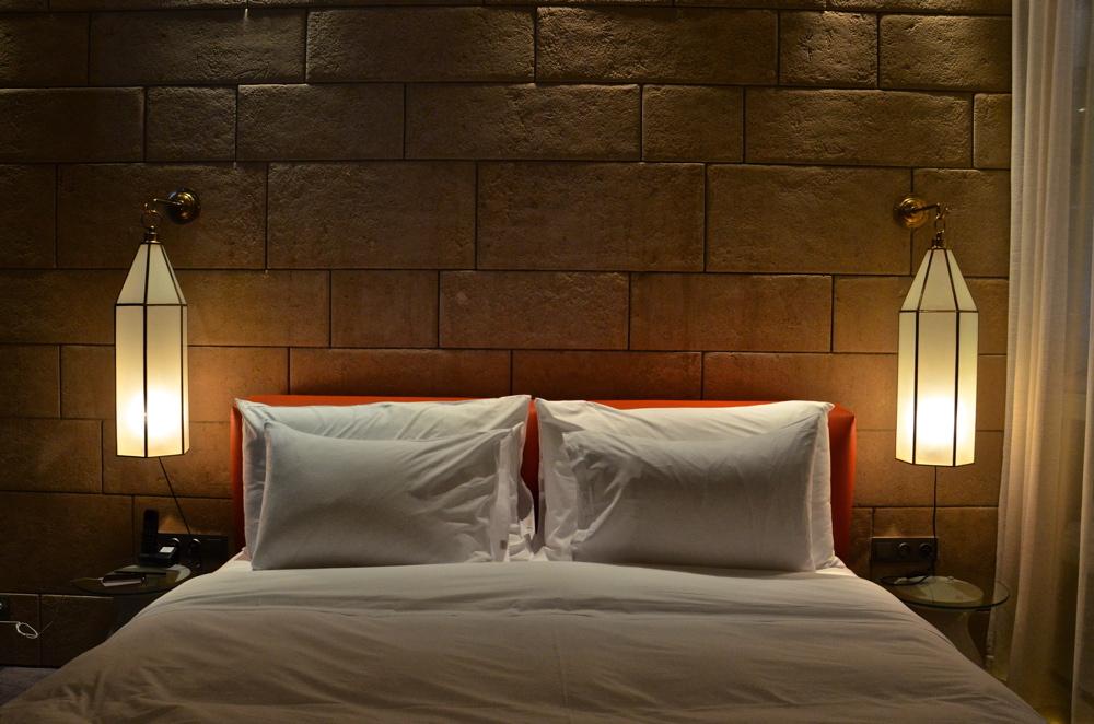 Lit dans une chambre de l'hôtel Sahrai
