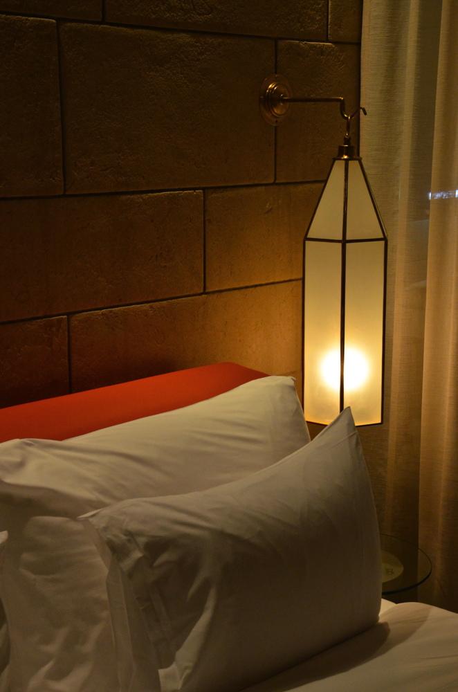 Lit dans l'hôtel Sahrai à Fès