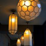Luminaires à l'hôtel Sahrai à Fès