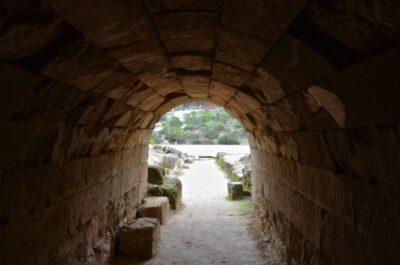Couloir d'entrée du stade de Néméa