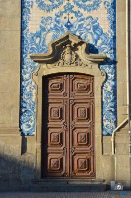 Azulejos sur les murs d'une église de Porto