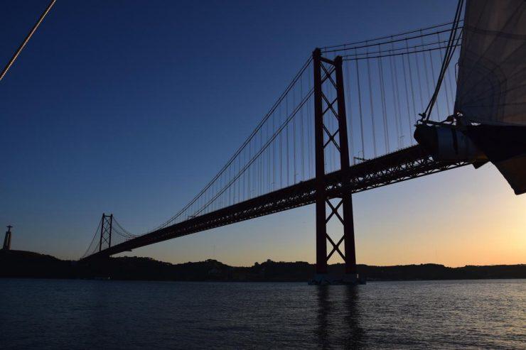 Balade en voilier au coucher de soleil à Lisbonne