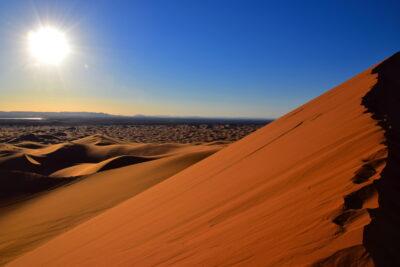 Au sommet de la grande dune de Merzouga