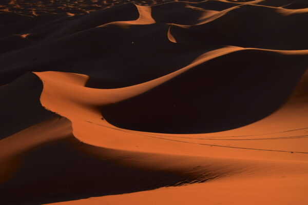 Jeu d'ombres dans les dunes de Merzouga