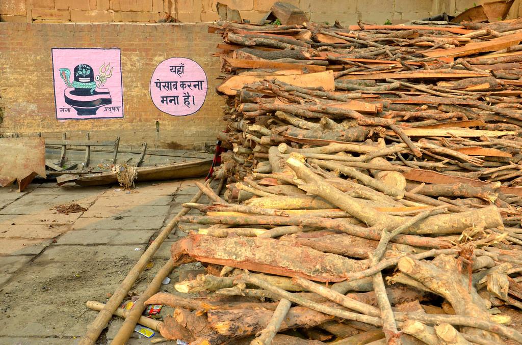 Bois pour les crémations au bord du Gange