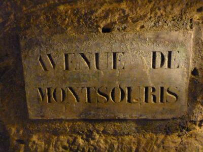 Panneau de rue dans les catacombes de Paris