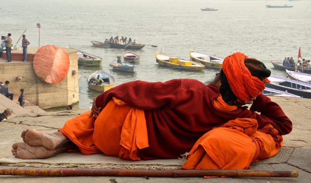 Sadhû en médiation devant le Gange à Varanasi
