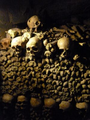 Os dans les catacombes de Paris