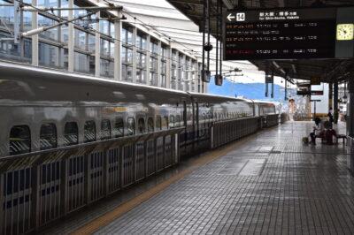 Quai pour un shinkansen dans une gare du Japon