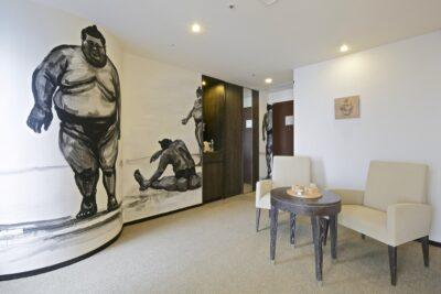 Artist room sur le thème 'sumo' au Park Hotel Tokyo