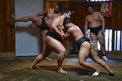 Rikishi à l'entraînement dans une heya de Ryogoku