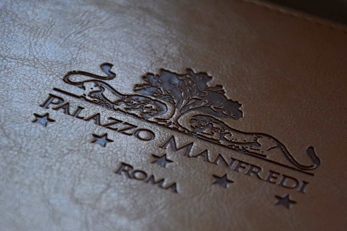 Logo du Palazzo Manfredi sur un livre