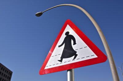 Panneau de signalisation à Doha: piétons!
