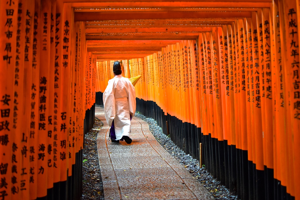 Prête shintoïste au sanctuaire Fushimi Inari