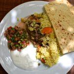Maklouba avec salade, yaourt et pain