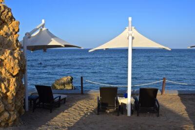 Transat sur la plage de l'hôtel