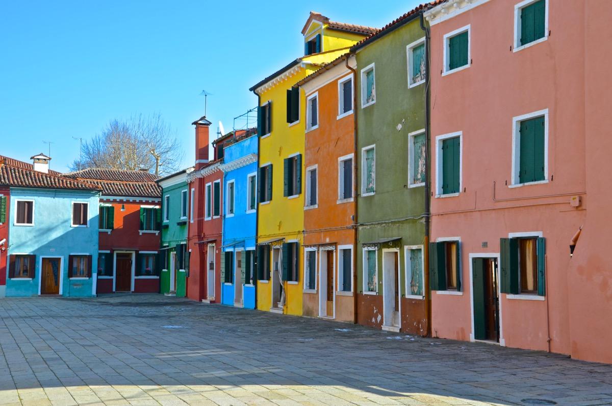 Piazza à Burano dans la lagune de Venise