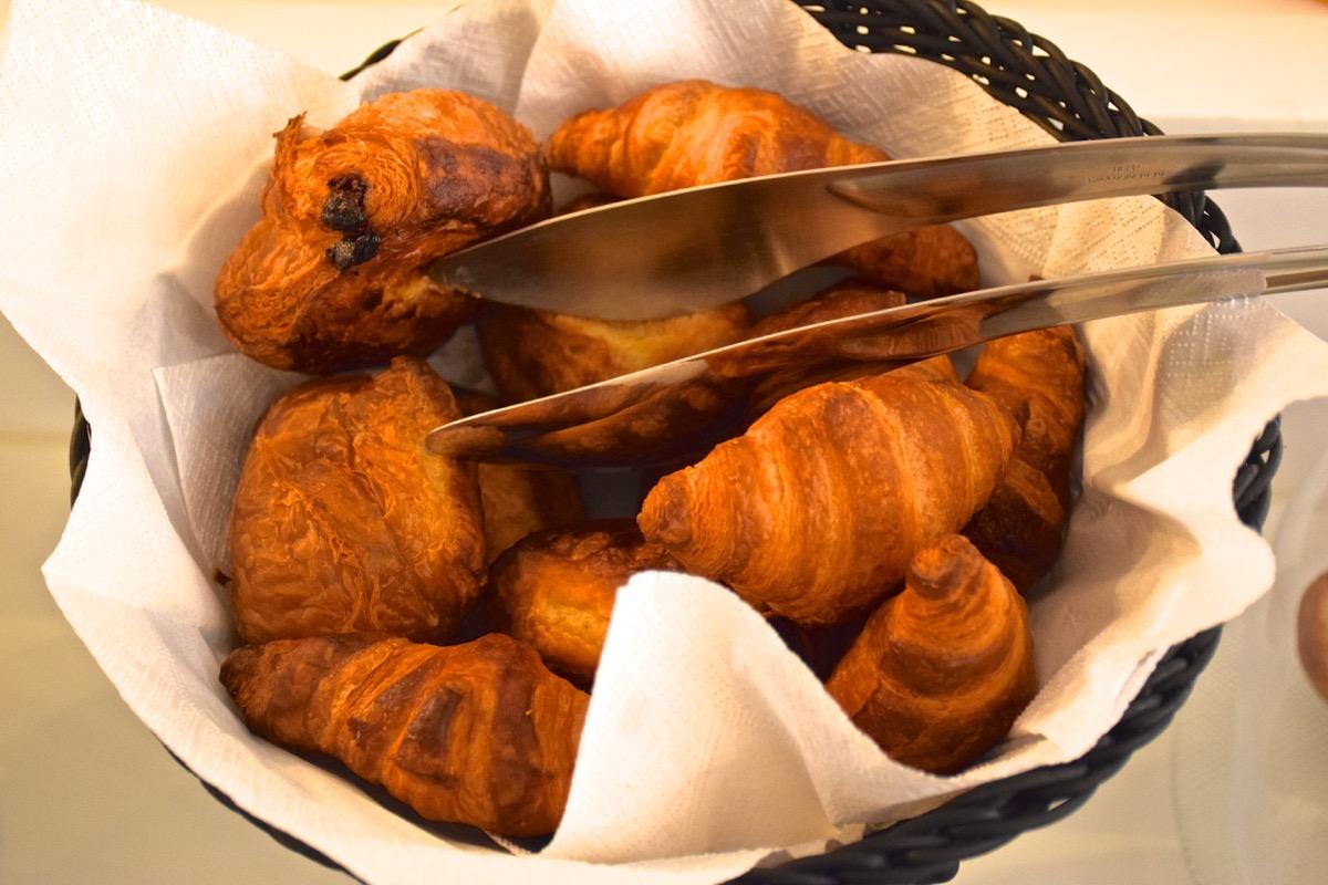 Viennoiseries au petit déjeuner à l'hôtel la Parizienne