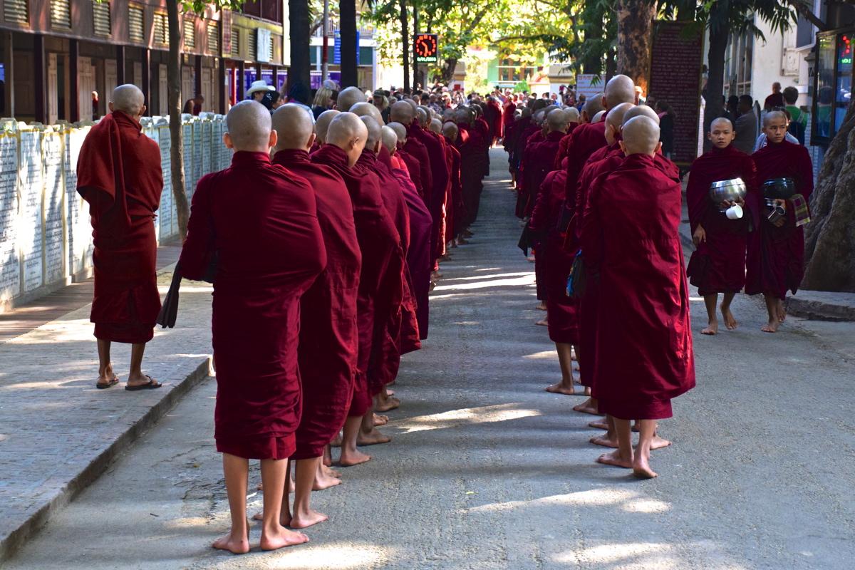 Bonzes au monastère Mahagandayon - Mandalay