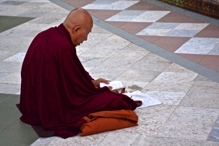 Bonze qui prie à la pagode Shwedagon de Rangoun