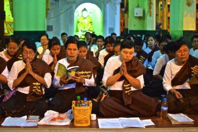 Femmes qui prient à la pagode Shwedagon de Yangon