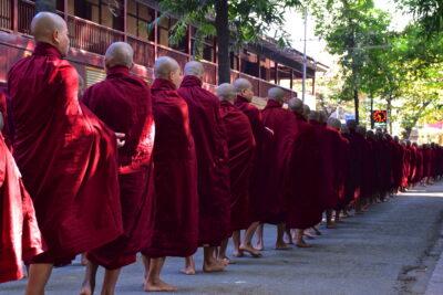File de bonzes au monastère Mahagandayon