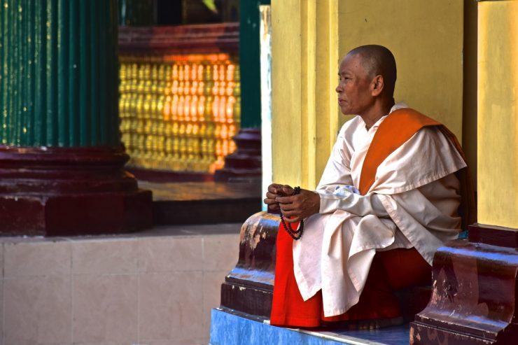 Nonne à la pagode Shwedagon de Yangon