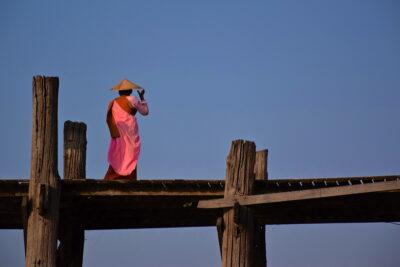 Nonne sur le pont U Bein en Birmanie