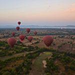 Montgolfières en vol à Bagan