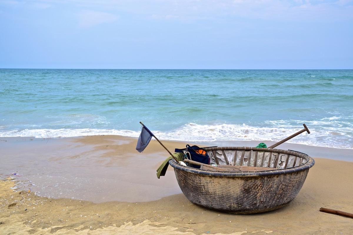 Bateau de pêche près de Hoi An au Vietnam