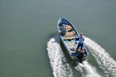 Bateau de pêcheurs quittant le port de Sour