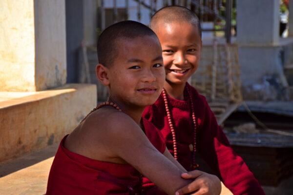 Bonzes sur le lac Samkar en Birmanie