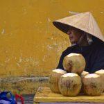 Vendeuse de noix de coco dans une rue de Hoi An