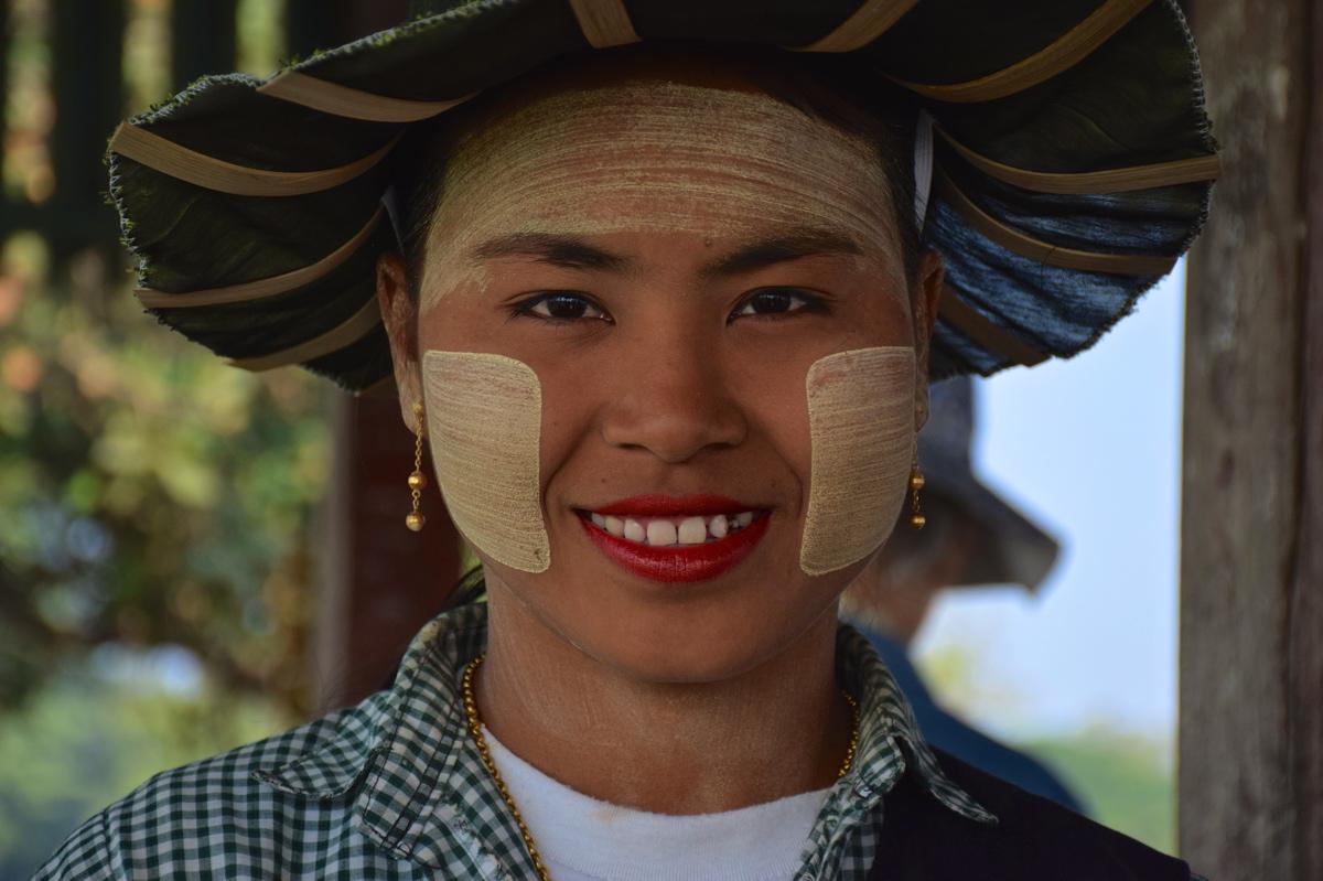 Femme avec du thanaka