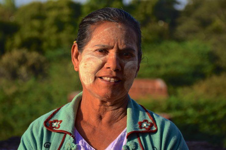 Femme gardienne d'une pagode de Bagan