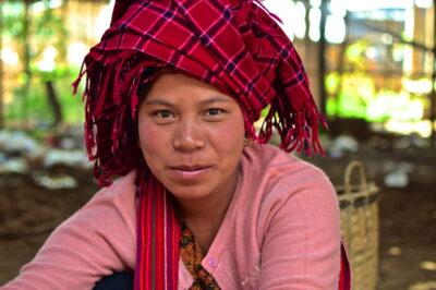 Femme Pa O sur un marché du lac Inle