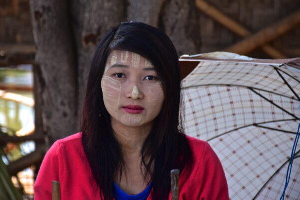 Femme avec du thanaka en Birmanie