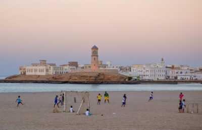 Football en fin de journée sur la plage de Sour