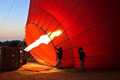 Gonflage de la montgolfière à l'air chaud