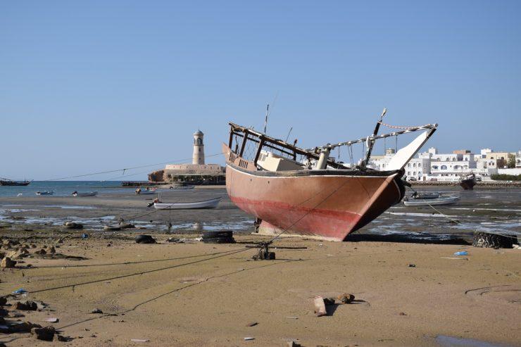 Marée basse dans le port de Sour