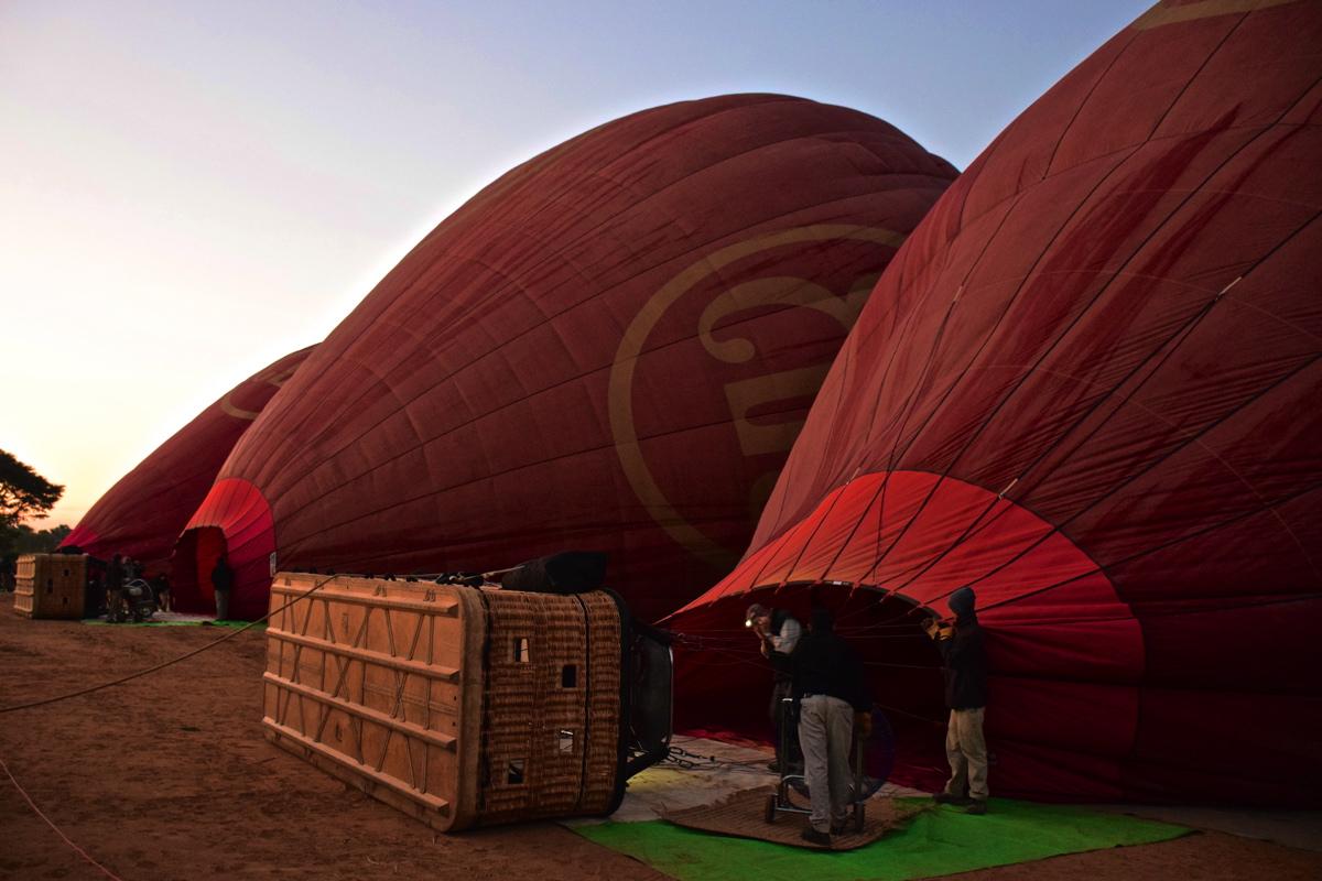 Gonflage de la montgolfière à Bagan