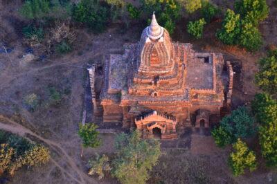 Survol d'une pagode de Bagan