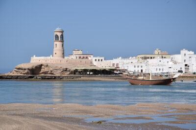 Phare dans le port de Sour à Oman